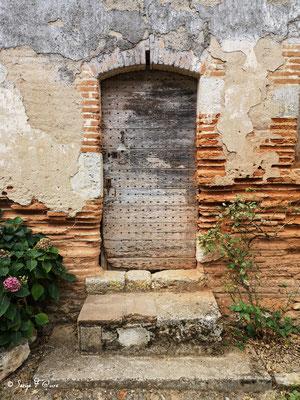 Vieille porte à Auvillar - France - Sur le chemin de Compostelle