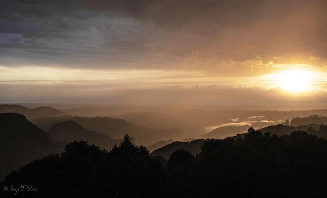 Coucher de soleil Sur St Sauves d'Auvergne - Massif du Sancy - Auvergne - France