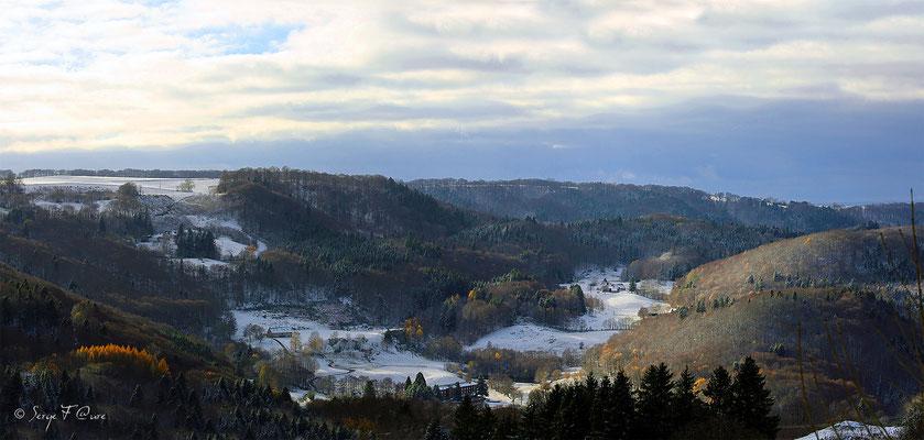 Panoramique paysage hivernal entre la Bourboule et St Sauves d'Auvergne - Massif du Sancy - Auvergne - France