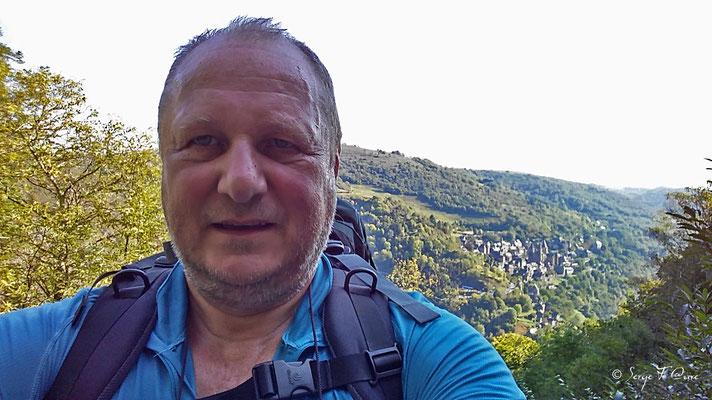 Ouf !  En nage et après une montée exténuante jusqu'à la chapelle Ste Foy. Je me suis pris en selfie avec Conques en arrière plan  (Chemin de Compostelle 2014)