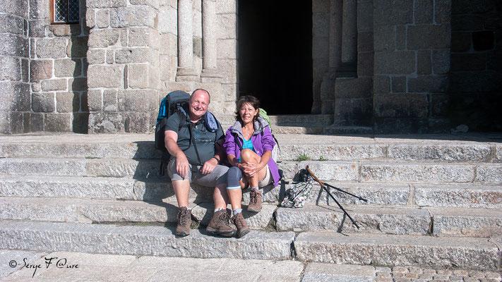 Michèle et moi sur les marches de l'église de Nasbinals - France - Sur le chemin de St Jacques de Compostelle (santiago de compostela) - Le Chemin du Puy ou Via Podiensis (variante par Rocamadour)