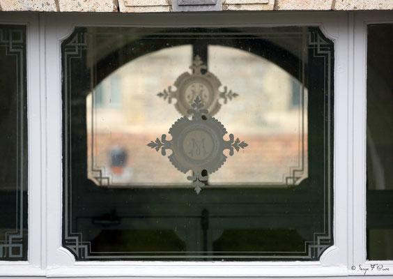 Incrustassions à l'étain sur la vitre au dessus de la porte extérieure de l'ancien hôtel Métropole, rue de Reims à La Bourboule - Auvergne - France