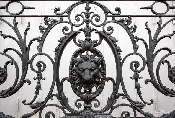 Détail de balcon en fonte ouvragée et à l'emblème du Crédit Lyonnais anciennement le Médicis Palace à La Bourboule - Auvergne - France