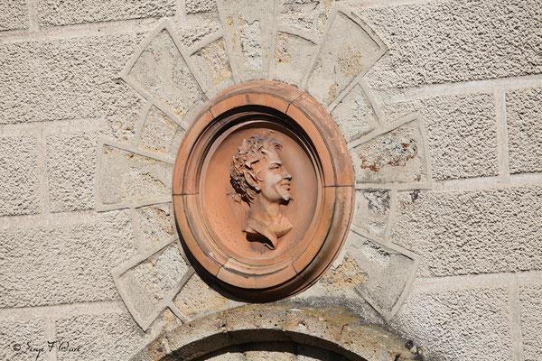 Médaillon sculpté au dessus de porte extérieure dans la rue de Reims à La Bourboule - Auvergne - France