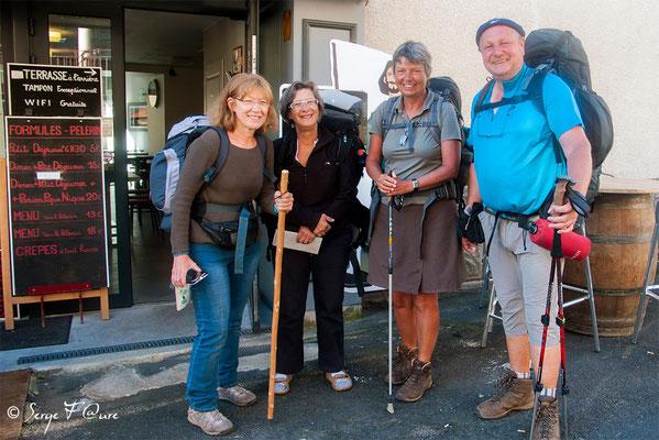Près pour le départ à devant l'hôtel St Jacques (superbe étape) à Saint-Chély-d'Aubrac - France - Sur le chemin de St Jacques de Compostelle (santiago de compostela) - Le Chemin du Puy ou Via Podiensis (variante par Rocamadour)