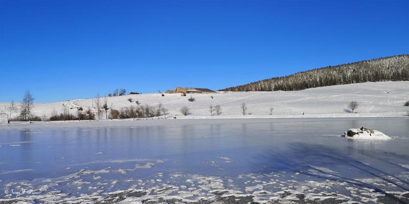 Le lac gelé de Murat le Quaire - Massif du Sancy - Auvergne - France