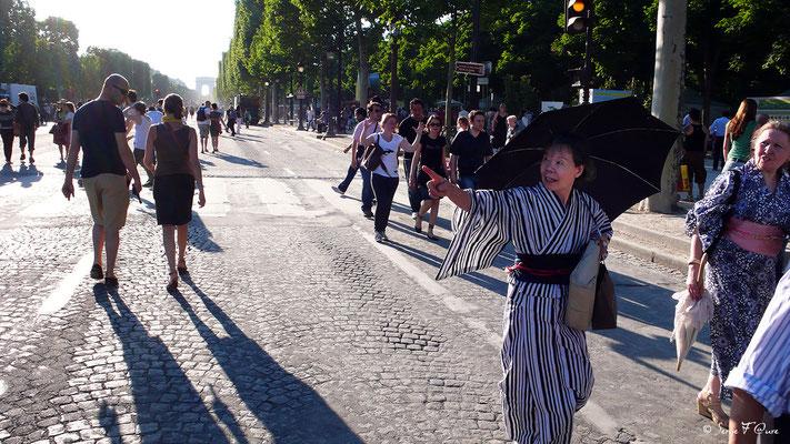 Japonaise - Avenue des Champs Elysées - Paris - France - 2010