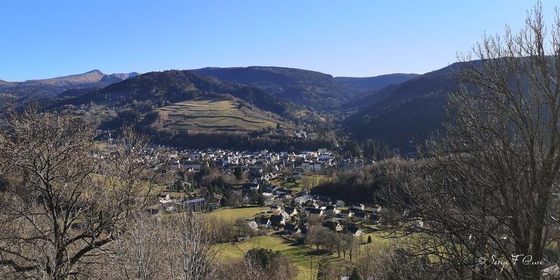 Vue sur La Bourboule du le chemin de ronde de Murat le Quaire - Massif du Sancy - Auvergne - France