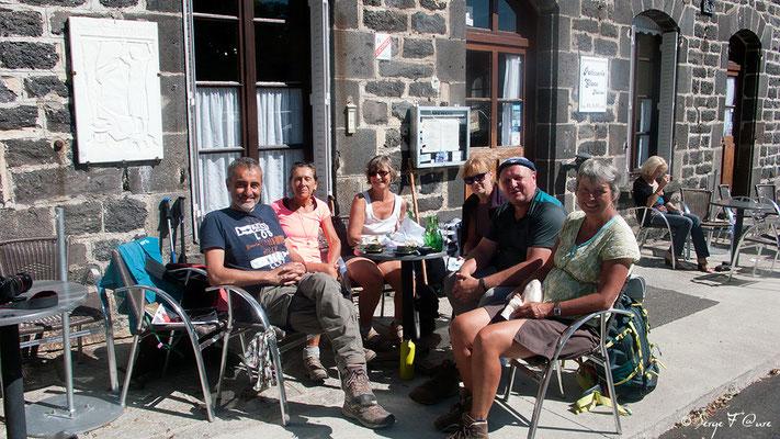 Pause détente et casse-croûte avec mes compagnons de chemin à Aubrac - France - Sur le chemin de St Jacques de Compostelle (santiago de compostela) - Le Chemin du Puy ou Via Podiensis (variante par Rocamadour)