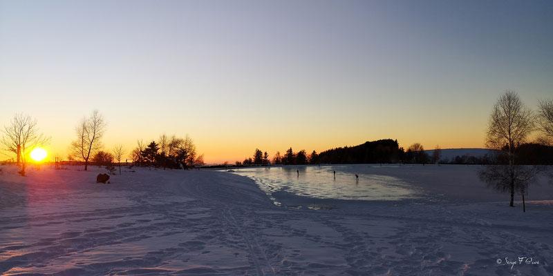 Coucher de soleil sur le lac gelé de Murat le Quaire - Massif du Sancy - Auvergne - France