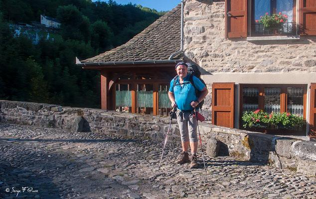 Moi sur le pont des pèlerins à Saint-Chély-d'Aubrac - France - Sur le chemin de St Jacques de Compostelle (santiago de compostela) - Le Chemin du Puy ou Via Podiensis (variante par Rocamadour)