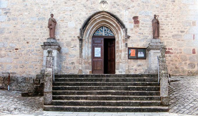 Porche de l'église de Sénergues - France - Sur le chemin de St Jacques de Compostelle (santiago de compostela) - Le Chemin du Puy ou Via Podiensis (variante par Rocamadour)du Puy ou Via Podiensis (variante par Rocamadour)