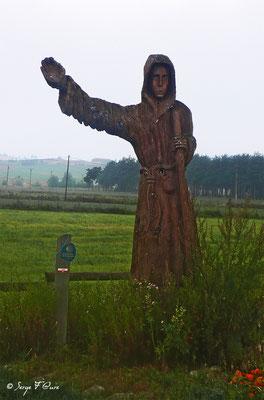 Sculpture en bois de St Jacques en sortant de Saugues - France - Sur le chemin de St Jacques de Compostelle (santiago de compostela) - Le Chemin du Puy ou Via Podiensis (variante par Rocamadour)