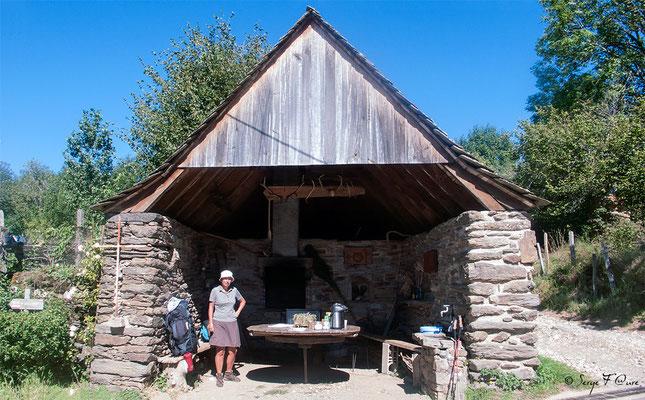 Annette à Lestrade sous la grange réaménagée de Roger qui nous accueil avec son sourire et sa générosité, pour une boisson fraîche ou chaude. J'étais si bien, que je suis resté pour manger mon casse-croûte du midi, à l'ombre de ce soleil brûlant.