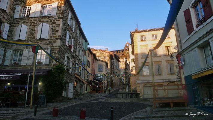 Rue des Tables - Le Puy en Velay - France - Sur le chemin de St Jacques de Compostelle (santiago de compostela) - Le Chemin du Puy ou Via Podiensis (variante par Rocamadour)
