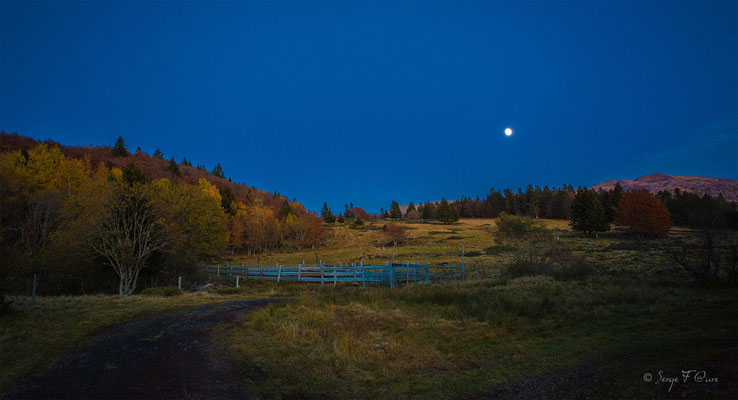 Madame Lune au rendez-vous sur le massif du Sancy à Chastreix Sancy - Auvergne - France
