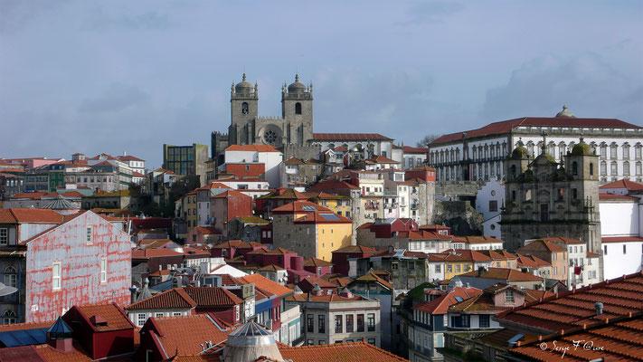 Vue d'en haut de la ville sur le Ponte Luiz I (Œuvre de Gustave Eiffel) - Ville historique de Porto - Portugal