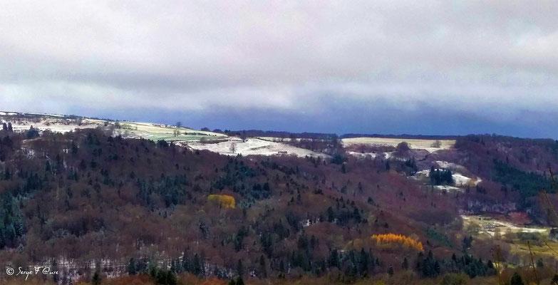 Panoramique paysage hivernal entre la Bourboule et St Sauves d'Auvergne (côté Charlanne) - Massif du Sancy - Auvergne - France