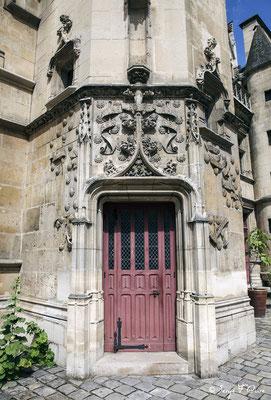 Porte d'entrée de l'Hôtel de Cluny - Musée National du Moyen Âge - édifice situé au cœur du Quartier latin, dans le Ve arrondissement de Paris (France)