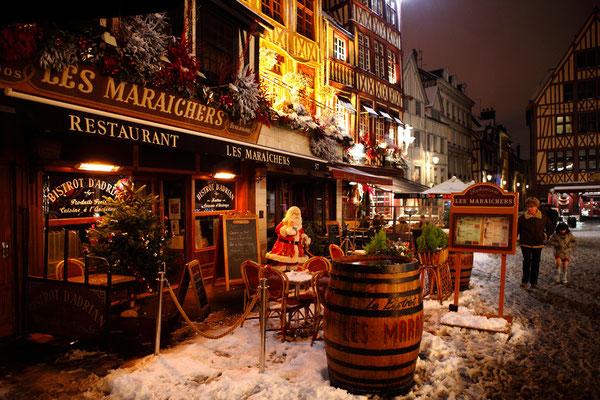 Restaurants illuminés place du vieux marché - Noël 2010 - Rouen - Seine Maritime - Normandie - France