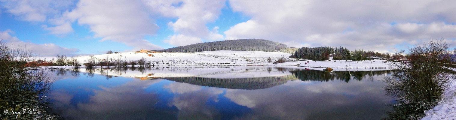 Panoramique sur le plan d'eau de Murat le Quaire - Auvergne - France