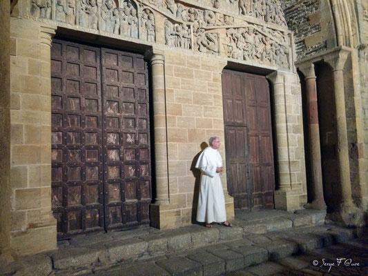 Chaque soir après les complies aux pèlerins et touristes, Frère Jean-Daniel fait une présentation drôle et instructive du tympan, avant de nous emporter au 7ème ciel en jouant sur l'orgue de l'abbatiale Sainte Foy à Conques. Une soirée grandiose!