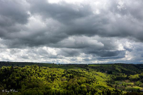Soleil et nuages sur le plateau de Charlannes côté Liournat vu de Murat le Quaire - Massif du Sancy - Auvergne - France