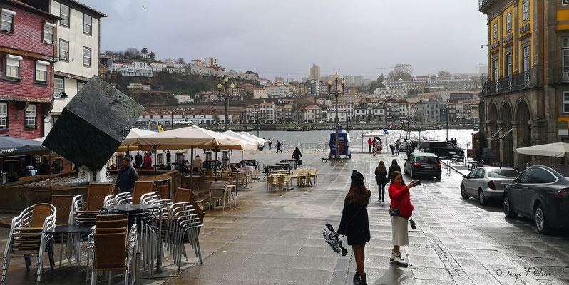 Place Ribeira - Fontaine du Cube - Ville historique de Porto - Portugal