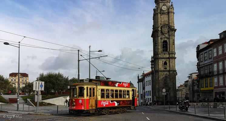 Vieux tramway en déambulant dans les rues de la ville historique de Porto - Portugal