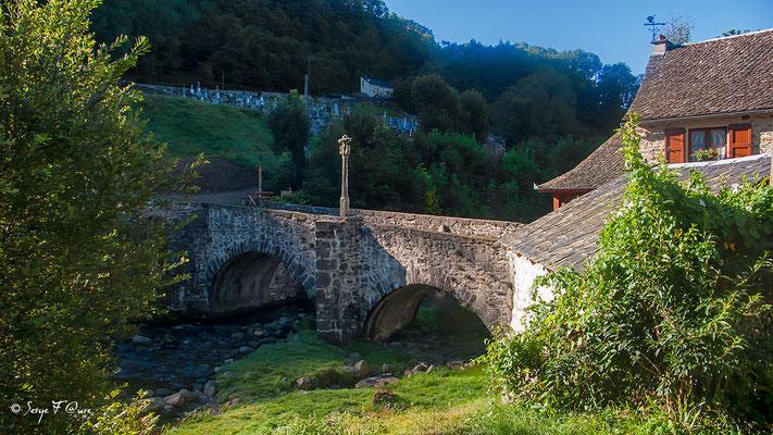 """Le pont dit """"des pèlerins"""" sur La Boralde à Saint-Chély-d'Aubrac - France - Sur le chemin de St Jacques de Compostelle (santiago de compostela) - Le Chemin du Puy ou Via Podiensis (variante par Rocamadour)"""