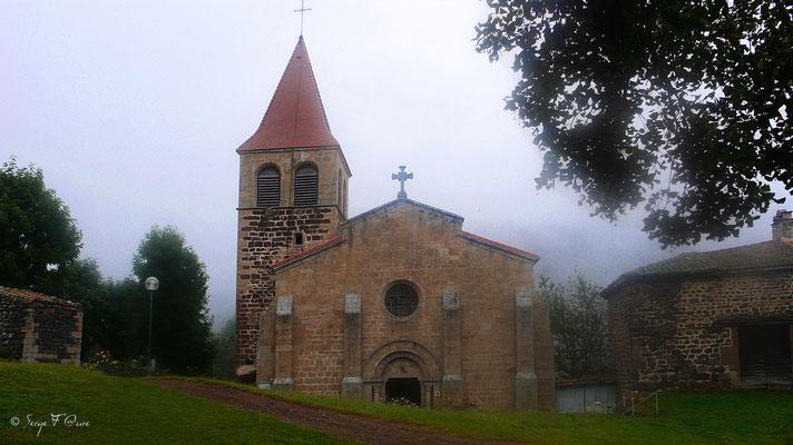 L'église prieurale de St Privat d'Allier dans la brume du matin - France - Sur le chemin de St Jacques de Compostelle (santiago de compostela) - Le Chemin du Puy ou Via Podiensis (variante par Rocamadour)