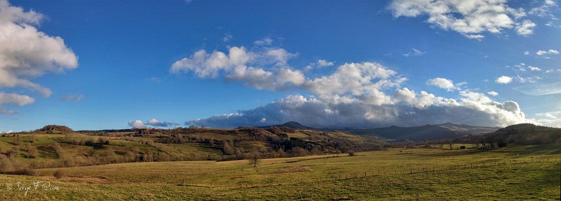 Au gré des champs dans le massif du Sancy - Vu panoramique sur le Puy de Dôme à partir de la route du Guéry  - Auvergne - France