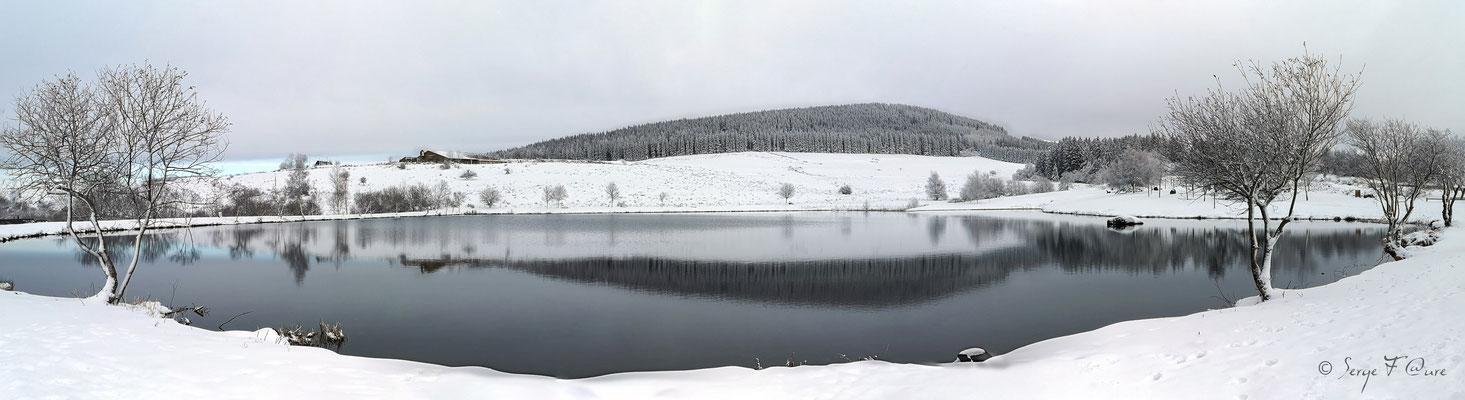 Paysage de neige au lac de Murat le Quaire - Massif du Sancy - Auvergne - France