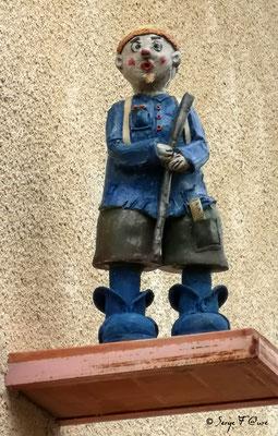 Statuette de maison à Auvillar - France - Sur le chemin de Compostelle