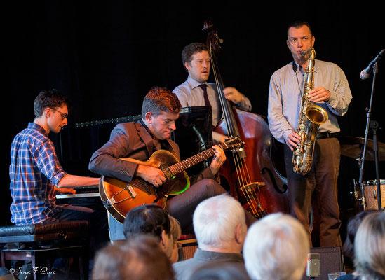"David Blenkhorn (guitare), Sébastien Girardot (contrebasse), Michel Plastre (trompette) invité, Andrew Olivier (piano) invité - ""George Washingmachine"" - Sancy Snow Jazz 2016 - Brasserie du Soleil au Mont Dore - Auvergne - France"