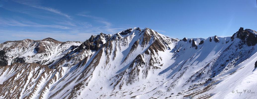 Les crêtes du Massif du Sancy sous la neige - Auvergne - France