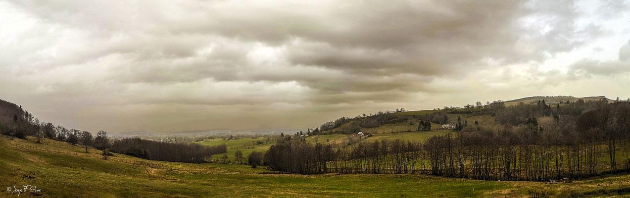 Ciel saharien sur Saint Julien Puy Lavèze vu de Rochetout à Paillers - Massif du Sancy - Auvergne - France