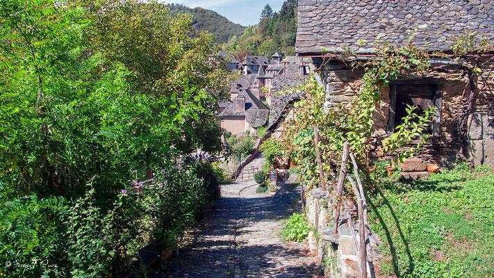 Arrivée à Conques - Rue de l'Abbé Gonzague Florens - France - Sur le chemin de St Jacques de Compostelle (santiago de compostela) - Le Chemin du Puy ou Via Podiensis (variante par Rocamadour)du Puy ou Via Podiensis (variante par Rocamadour)