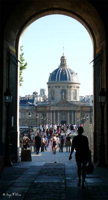 Porche du Louvre allant sur le Pont des Arts et l'Institut de France - Paris - France - 2010