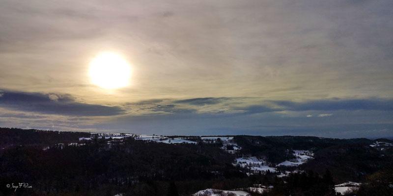 Soleil, nuages et neige sur le plateau de Charlannes - Massif du Sancy - Auvergne - France