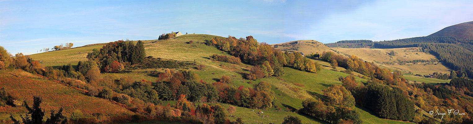 Panoramique paysage d'Automne entre Rochefort-Montagne et le lac du Guéry - Massif du Sancy - Auvergne - France