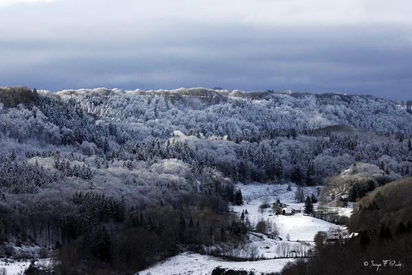 Paysage de neige entre Châteauneuf et Liournat - Vu de Murat le Quaire - Le Massif du Sancy - Auvergne - France