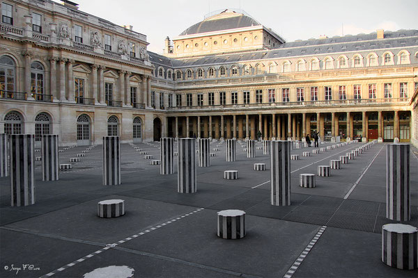 Les Colonnes de Buren au Palais Royal - Paris - France - 2006