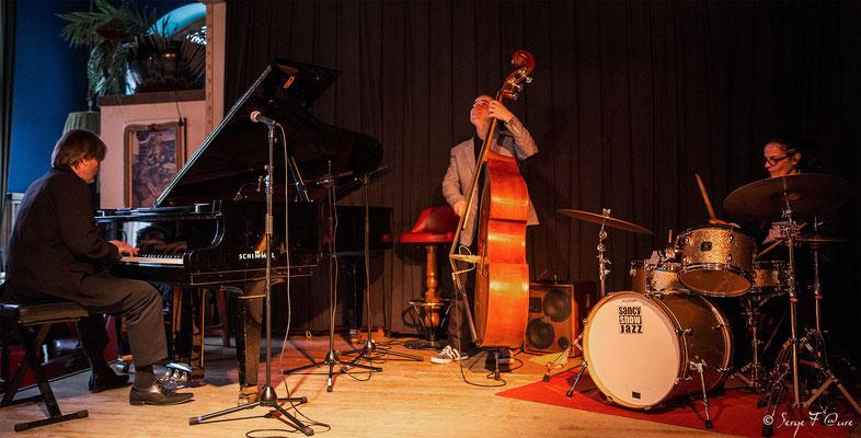 """Philippe Milanta (piano), Bruno Rousselet (contrebasse) et Julie Saury (batterie) - """"Philippe Milanta Trio"""" - Sancy Snow Jazz 2016 - Café de la Plage à La Bourboule - Auvergne - France"""