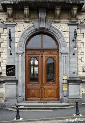 Porte d'entrée de l'hôtel Métropole à La Bourboule - Auvergne - France