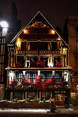 Restaurant illuminé place du vieux marché - Rouen - Seine Maritime - Normandie - France