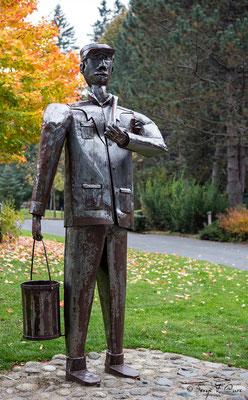 sculpture (Le porteur d'eau par Pierre Tatinclaux) dans le parc Fenestre à La Bourboule - Auvergne - France