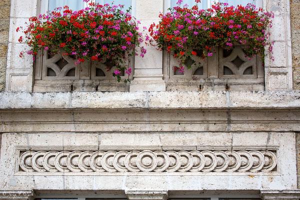 Détail des frises de l'entrée de la Mairie de La Bourboule - Auvergne - France