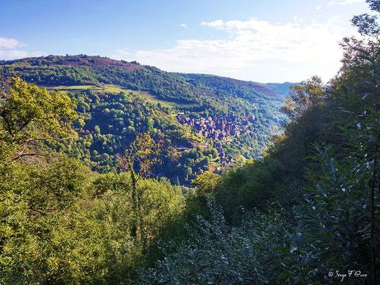 Vue de conques depuis le versant opposée de la vallée (Chemin de Compostelle 2014)