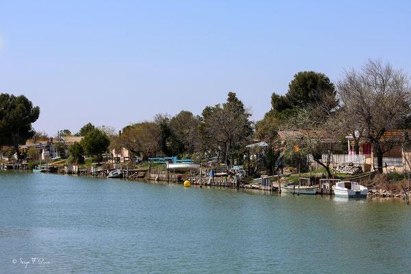 Village de pêcheurs sur le canal du Midi entre Aigues Mortes et la Grande-Motte
